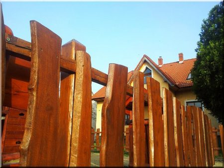Clôture de planches d-acacia avec du bord
