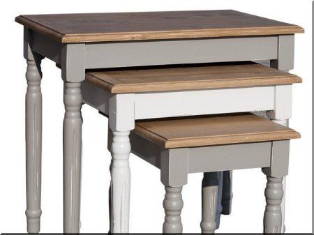 Kis asztalok fenyőfából