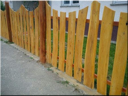 Fence pieces from rustic acacia planks