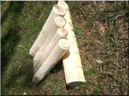 Kurzer Holzpfahl, 40 cm lang, geschält und geschliffen