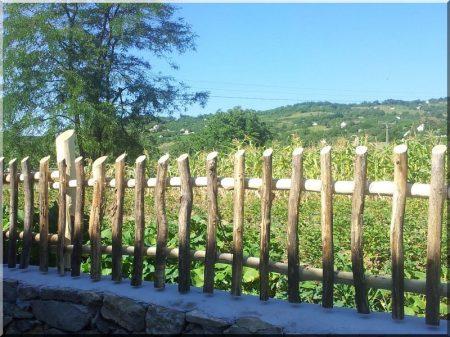 Kérgezett akác kerítéselem, 3 - 5 cm átmérőjű akác oszlop