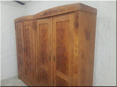 Népi faragott szekrények