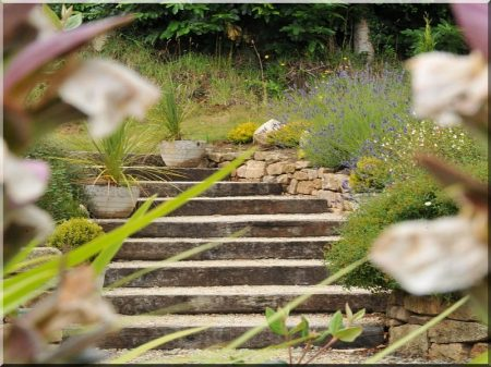 Kerti lépcső vasúti talpfákból