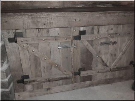 Schranktür aus gebrochenen Brettern