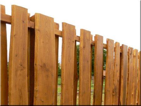 Clôture fermée en acacia avec du bord