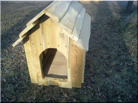 Szigetelt akác kutyaház szélezetlen deszkából, II- es méret -