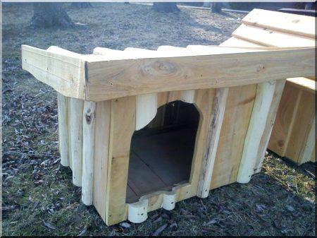 Féltetős akác kutyaház, V- ös méret -