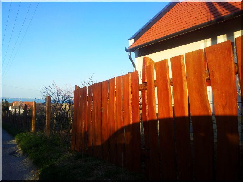 Kerítés szélezetlen akác deszkából