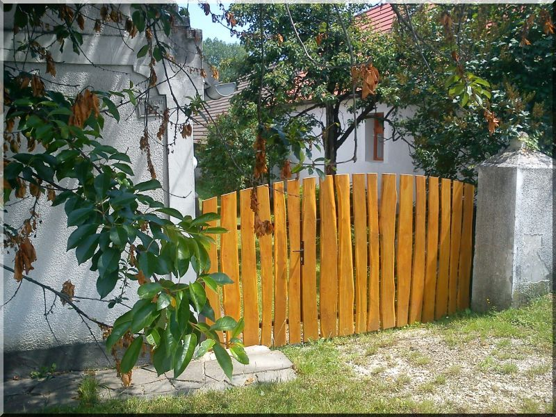 Kerítés elem szélezetlen akác deszkából