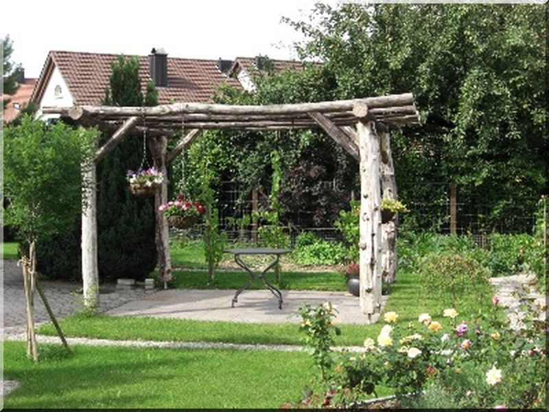 pergola pergola bau rustikale schattenspender im garten garteneinfassung. Black Bedroom Furniture Sets. Home Design Ideas