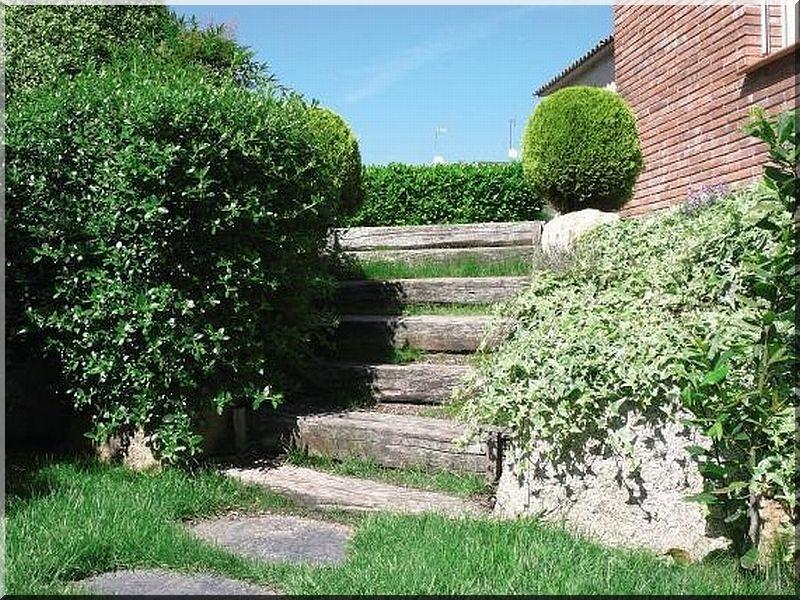 Kerti lépcső akác fűrészáruból