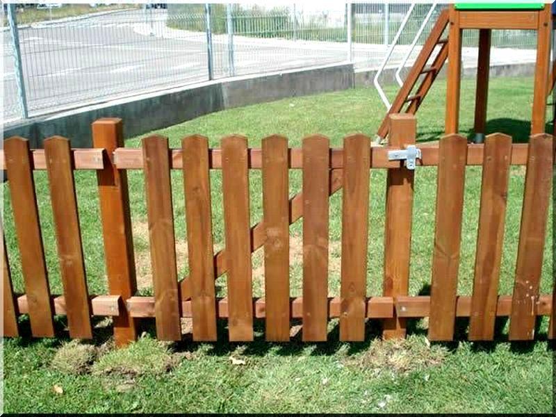 Kerítés fenyőfából
