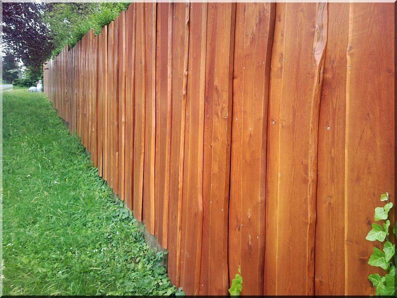 Vastag akác deszka kerítés, szélezetlen deszkákból -