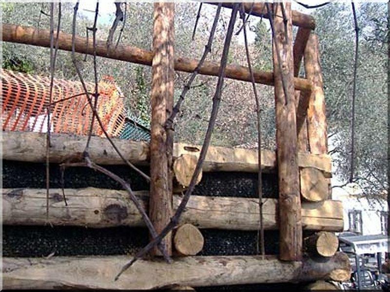 Kérgezett akác rönk rézsű építéséhez