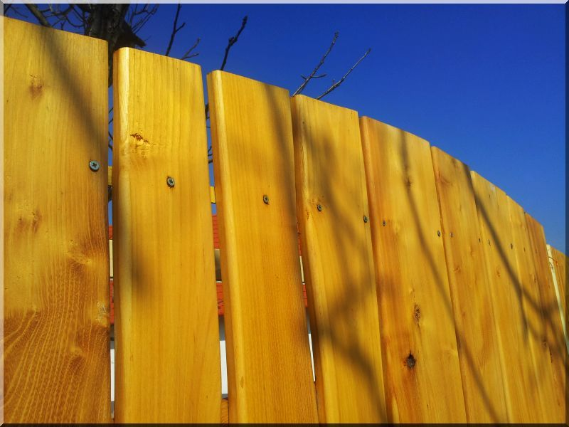 Rusztikus, görbén illesztett kerítés -