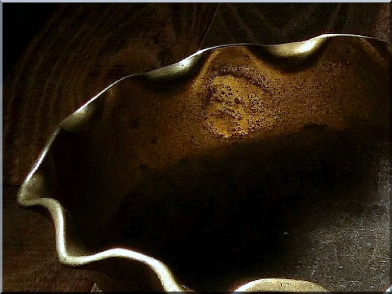Fodros sárgaréz kínáló tál